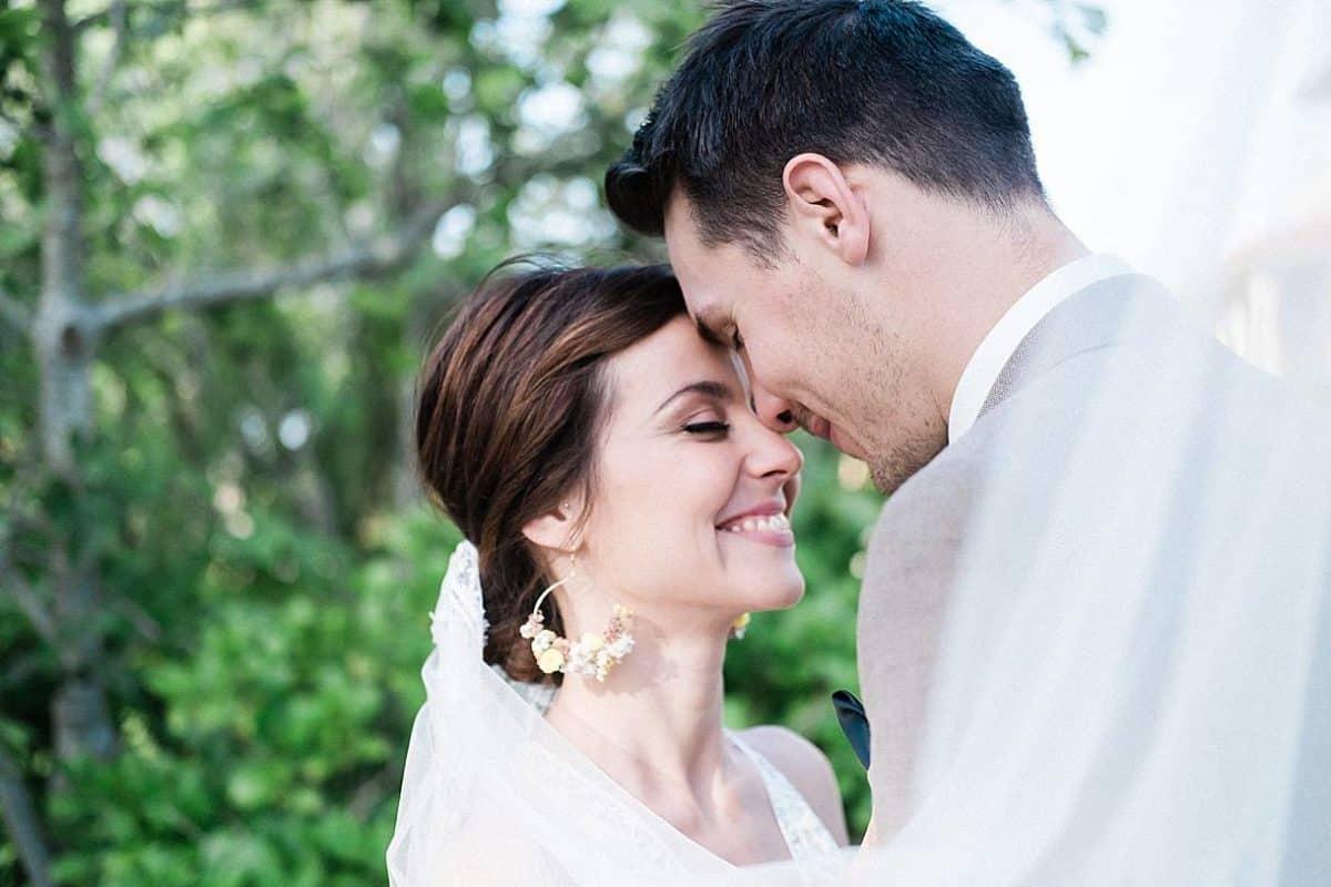 mariage a la villa la Tosca sur le bassin d'arcachon a Taussat lors d'une séance couple devant la villa par pixaile photography photographe professionnel de mariage en gironde