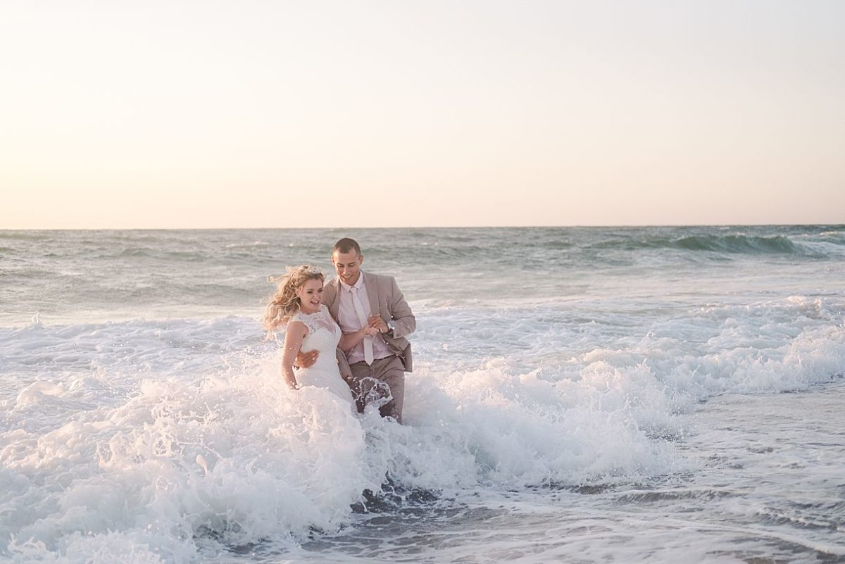 after wedding en gironde avec un trash the dress dans l'ocean proche de la teste de buch sur le bassin d'Arcachon avec pixaile photography photographe de mariage professionnel de mariage en gironde