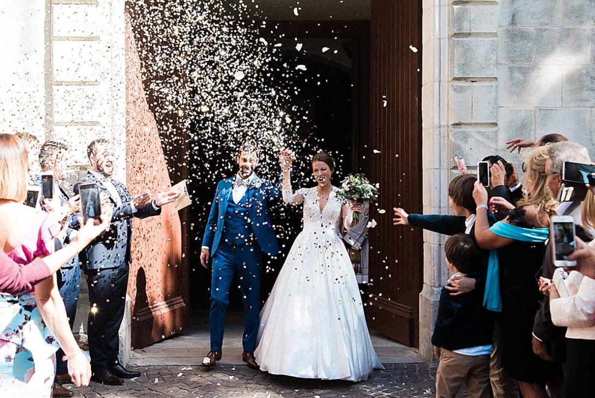 photographe de mariage sur le Bassin d'Arcachon à l'église de la teste de Buch lors de la sortie d'église des mariés photos réalisé par pixaile photography
