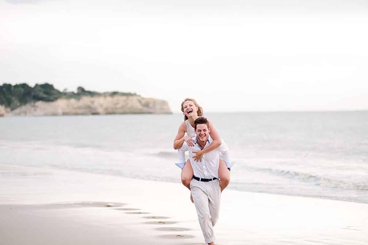 shooting couple a La Rochelle par pixaile photography au bord de l'océan en Charente maritime