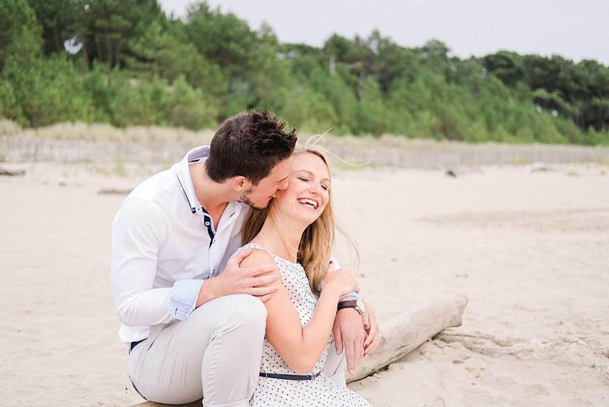 shooting couple au bord de l'océan a Royan en Charente maritime photos réalisé par pixaile photography photographe de mariage professionnel
