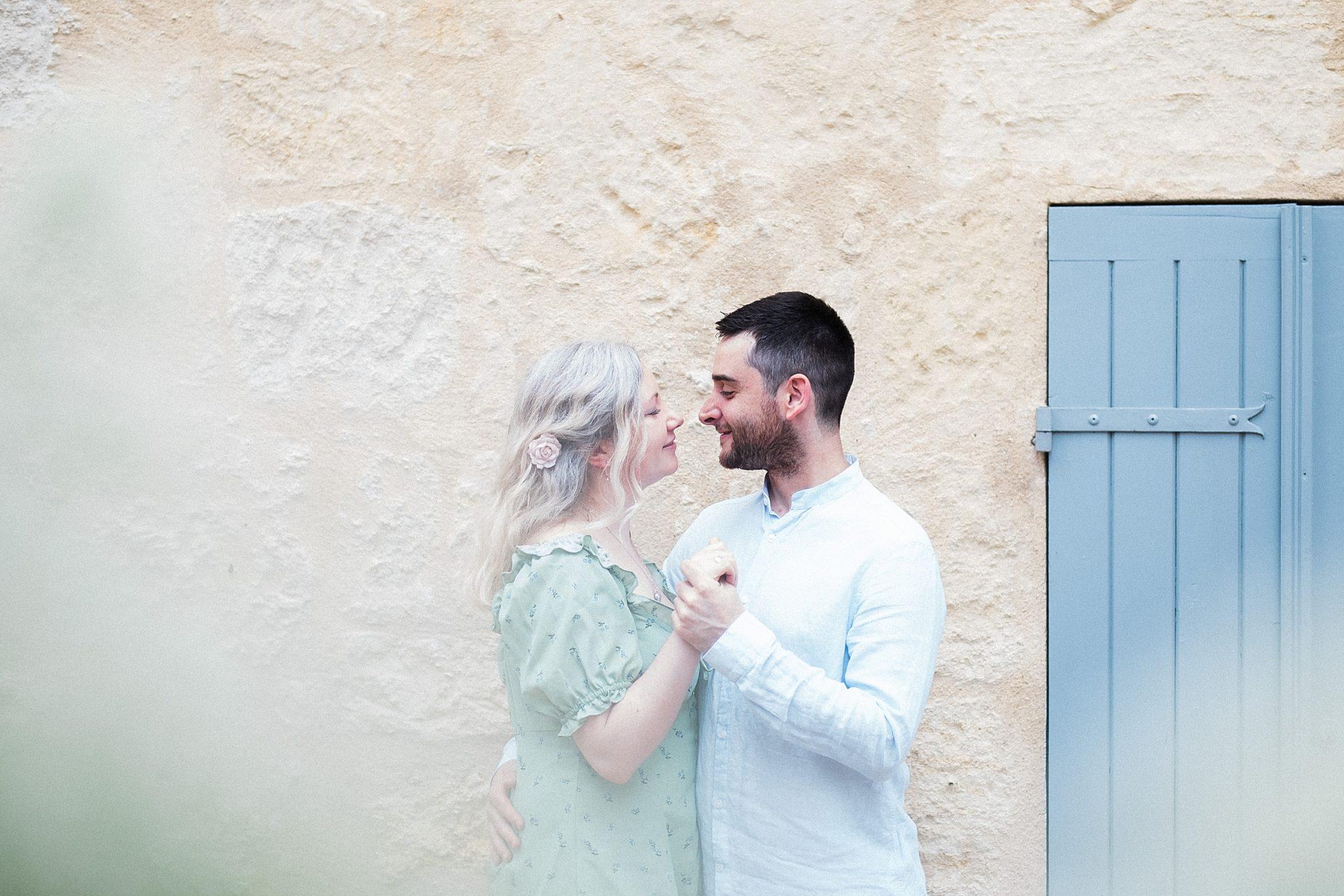 seance engagement avec un photographe professionel d'engagement a saint emilion proche de bordeaux