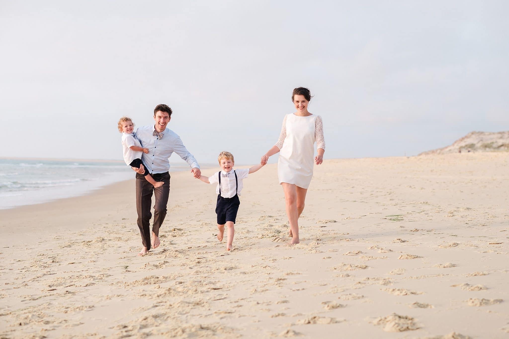 seance photo de famille qui court vers le photographe proche de biscarrosse